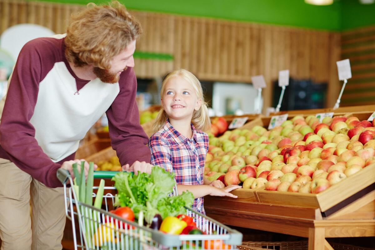 Vater und Tochter beim Einkaufen im Supermarkt. Lebensmittel unverpackt.